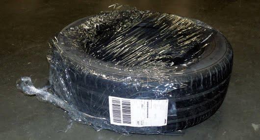 Źle zapakowana opona dla kuriera DHL - folia